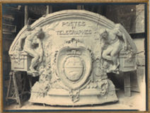 Photographie du médaillon sculpté pour l'hôtel des Postes du Havre