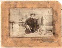 Photographie de Jean Boucher, jeune dans son atelier