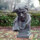 Buste de la petite bretonne sur piedestal