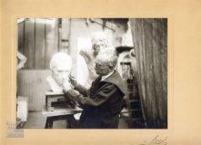Photographie d'atelier où Jean Boucher travail le modelage de la tête de Félicité de Lammenais