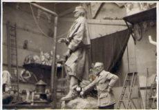 Photographie de Jean Boucher dans son atelier avec la statue du Maréchal Galliéni