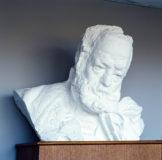Buste de Victor Hugo sur stèle en bois