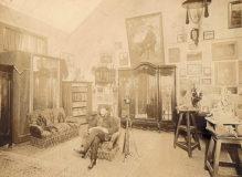 Vue de Jean Boucher assis dans un fauteuil au milieu de son atelier, rue Denfert-Rochereau, à Paris