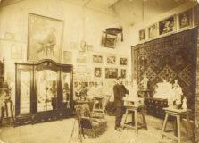 Photographie de Jean Boucher dans son atelier rue Denfert-Rochereau, à Paris