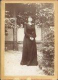 Photographie de Madame Boucher en extérieur